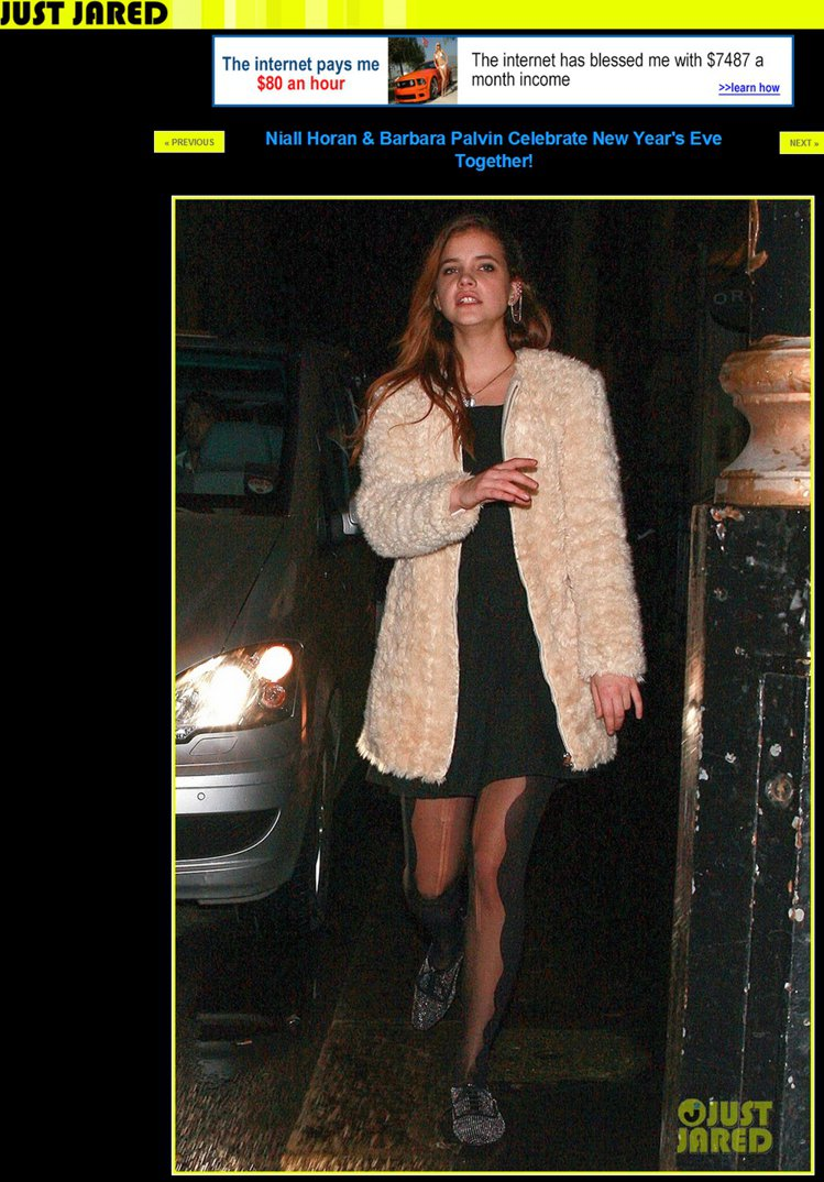 Barbara 身穿暗色洋裝、造型絲襪與銀色牛津鞋,還套了件令人可愛度直升的「毛...