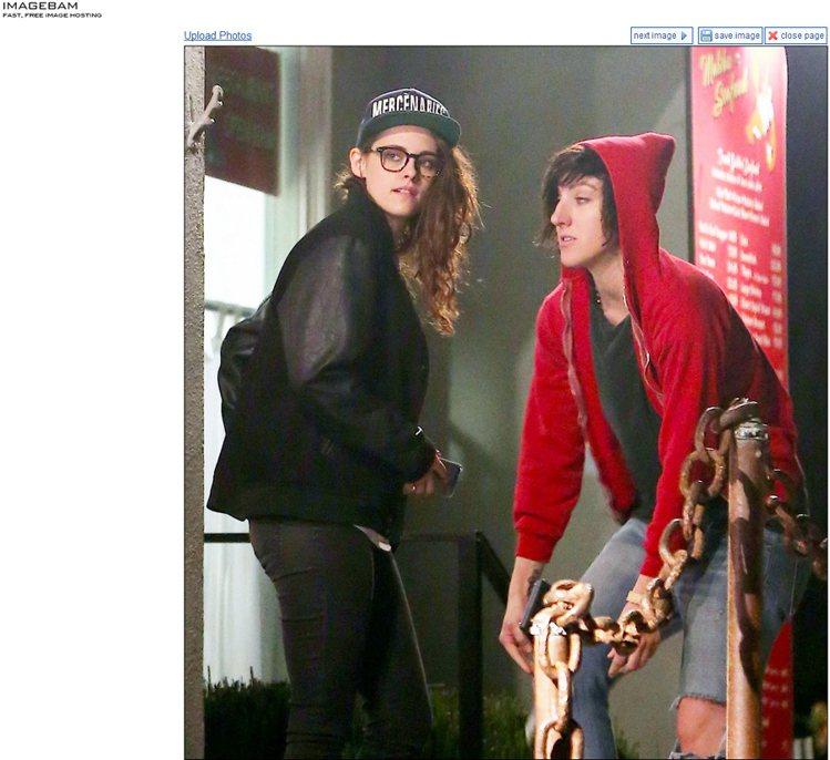 日前被拍到與女性友人夜晚出遊的克莉絲汀史都華,依舊穿著率性又頂著素顏趴趴走。圖/...