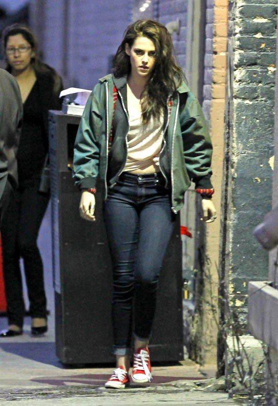 克莉絲汀史都華以軍綠色飛行夾克搭配牛仔褲,隨性的旁分髮型絕對是造型中一大亮點。圖...