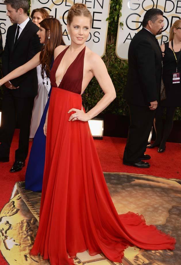艾美亞當斯以《瞞天大佈局》獲音樂喜劇類最佳女主角獎,一向是紅毯資優生的她果然沒讓...