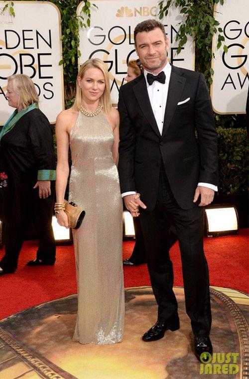 娜歐蜜華茲再度證明她的選衣功力一流,身著 TOM FORD 銀色禮服登場,俐落的...