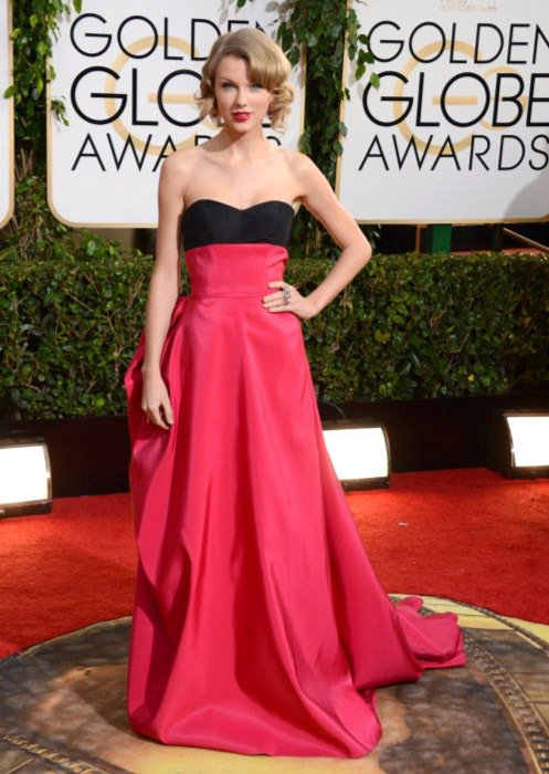 泰勒絲莓紅色的 Carolina Herrera 禮服很襯她的氣質和年紀,從髮型...