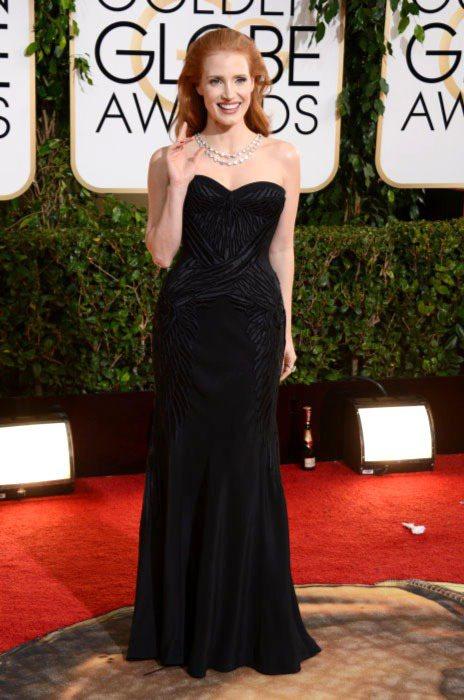 潔西卡崔斯坦選穿愛牌 GIVENCHY 亮相紅毯,黑色禮服搭配紅色指甲油,雖顯無...