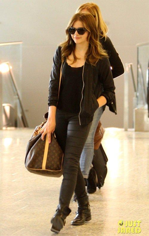 就算是沒什麼設計的黑皮衣、黑褲,也用平底靴LV旅行袋搭出型味。有別於許多明星總是...