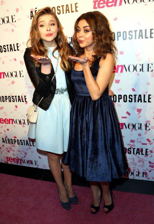 Chloe Moretz(左)連出席活動也要用皮夾克搭洋裝,增添造型個性風。圖/...