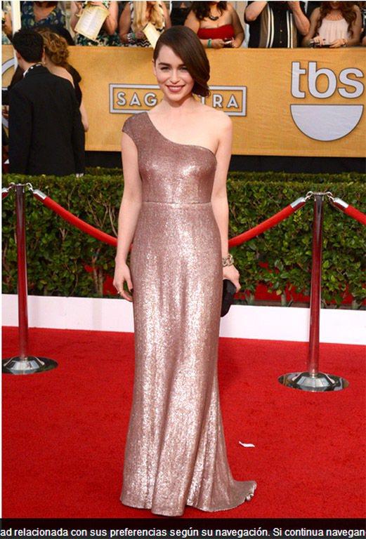 艾蜜莉亞克拉克身穿 Calvin Klein Collection 的香檳色禮服...