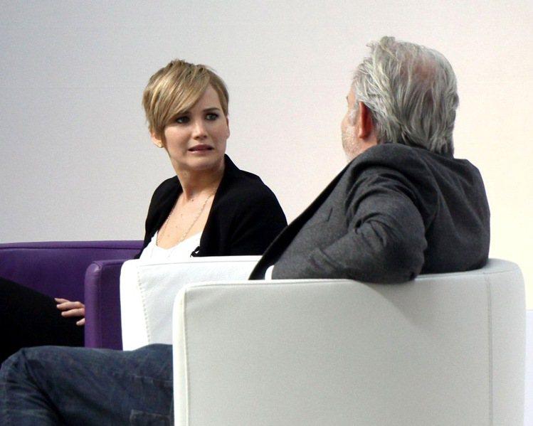 珍妮佛勞倫斯接受YAHOO專訪,主持人到底問了什麼問題讓她做出這種表情呢?圖/擷...