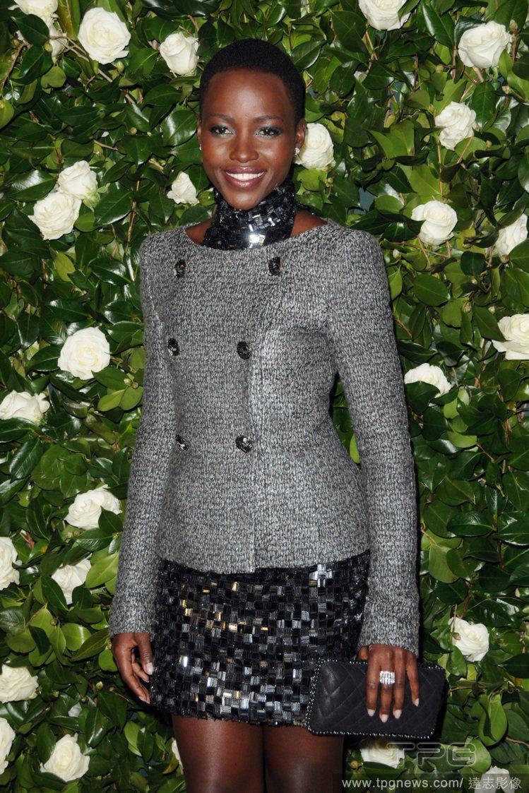 散發端莊氣質的Chanel 灰色雙排扣外套,搭配黑色亮片裙後,便洋溢著法式優雅風...