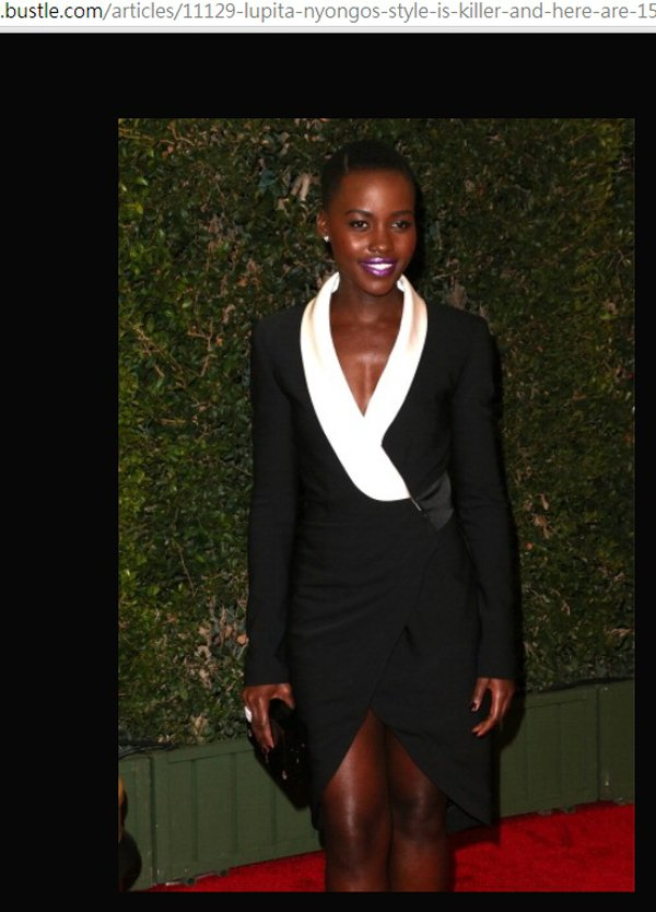身為一位黑美人不代表就不能穿黑色,Prabal Gurung 這件黑洋裝以白領設...