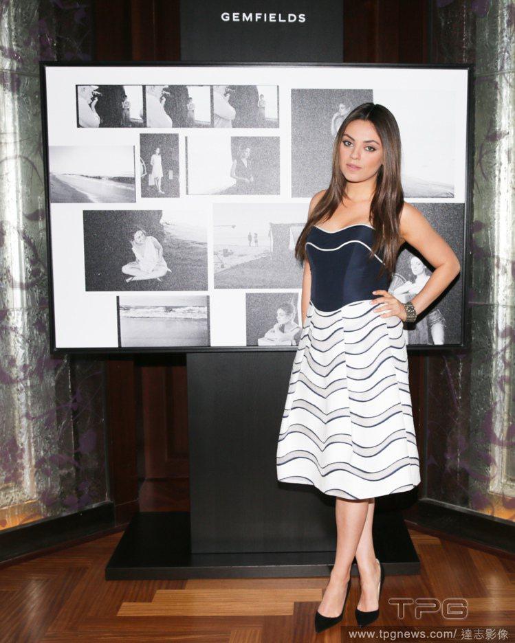對於與傳奇時尚攝影大師 Peter Lindbergh 合作拍攝廣告,蜜拉庫妮絲...