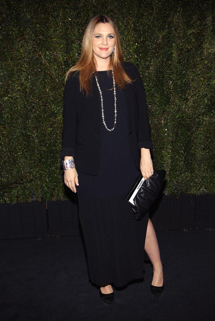 茱兒芭莉摩穿香奈兒黑色針織長洋裝。圖/達志影像