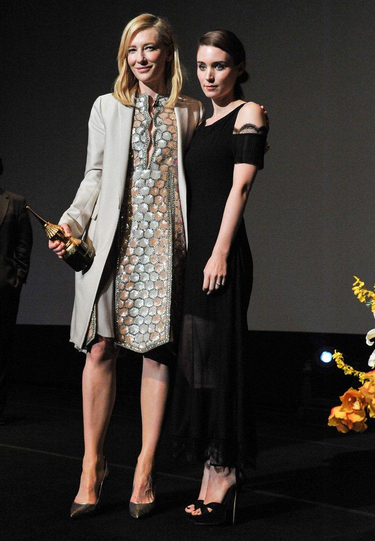 魯妮瑪拉(右)穿香奈兒黑色洋裝出席活動。圖/美聯社