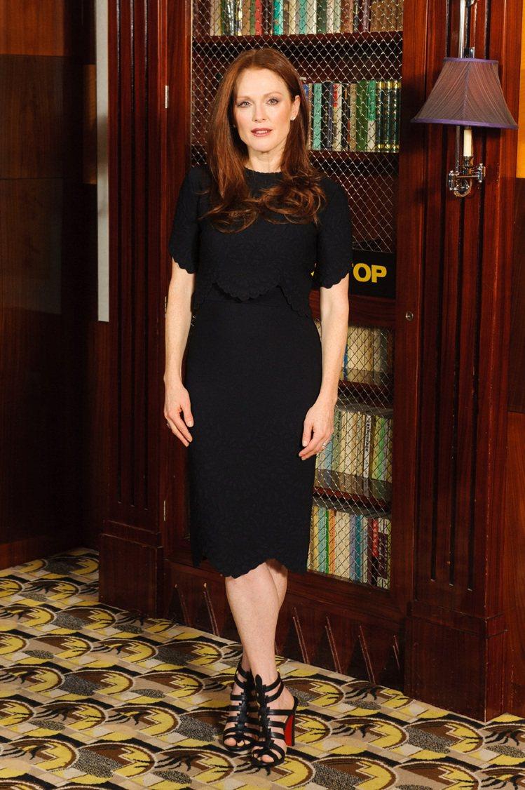 茱莉安摩爾穿Alexander McQueen黑色緹花洋裝。圖達志影像