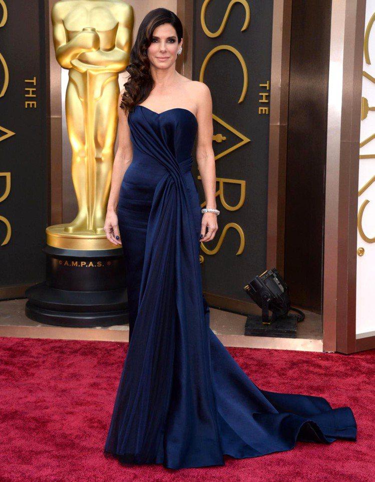珊卓布拉克挑了 2014 當紅色系--深藍色 Alexander McQueen...