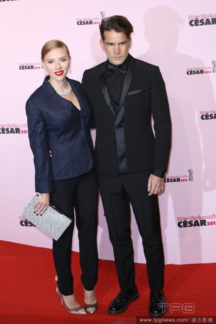 日前史嘉莉喬韓森與未婚夫Romain Dauriac出席法國凱薩獎(Cesar ...