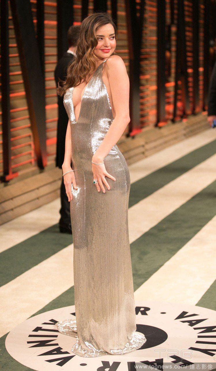 米蘭達柯爾穿 Kaufmanfranco 深V禮服,讓胸前性感風光大放送。圖/達...