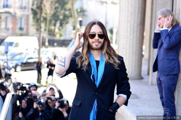 向來熱愛黑色的傑瑞德雷托,到了巴黎雖然黑衣不離身,但他用最擅長的圍巾造型法點綴穿...