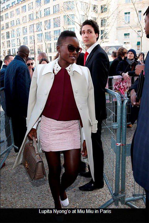 露琵塔妮詠奧穿上 MIU MIU 酒紅色毛衣搭襯衫、窄裙,再披上米白色長大衣,霸...