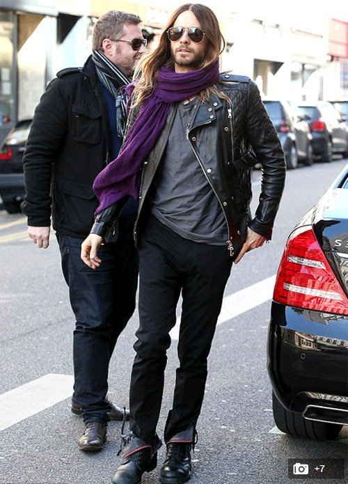 傑瑞德雷托很愛用圍巾點綴造型。圖/擷取自英國每日郵報