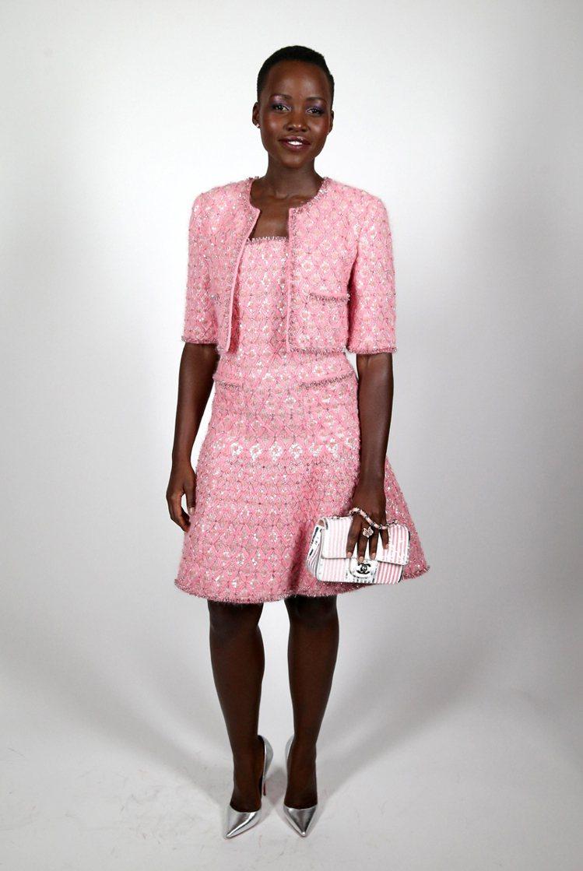 露琵塔妮詠奧穿CHANEL粉紅高級訂製服套裝參加CHANEL派對。圖/CFP