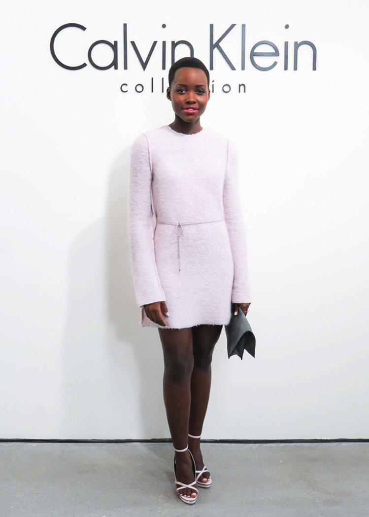 露琵塔妮詠奧參加了Calvin Klein秋冬時尚秀。圖/Calvin Klei...
