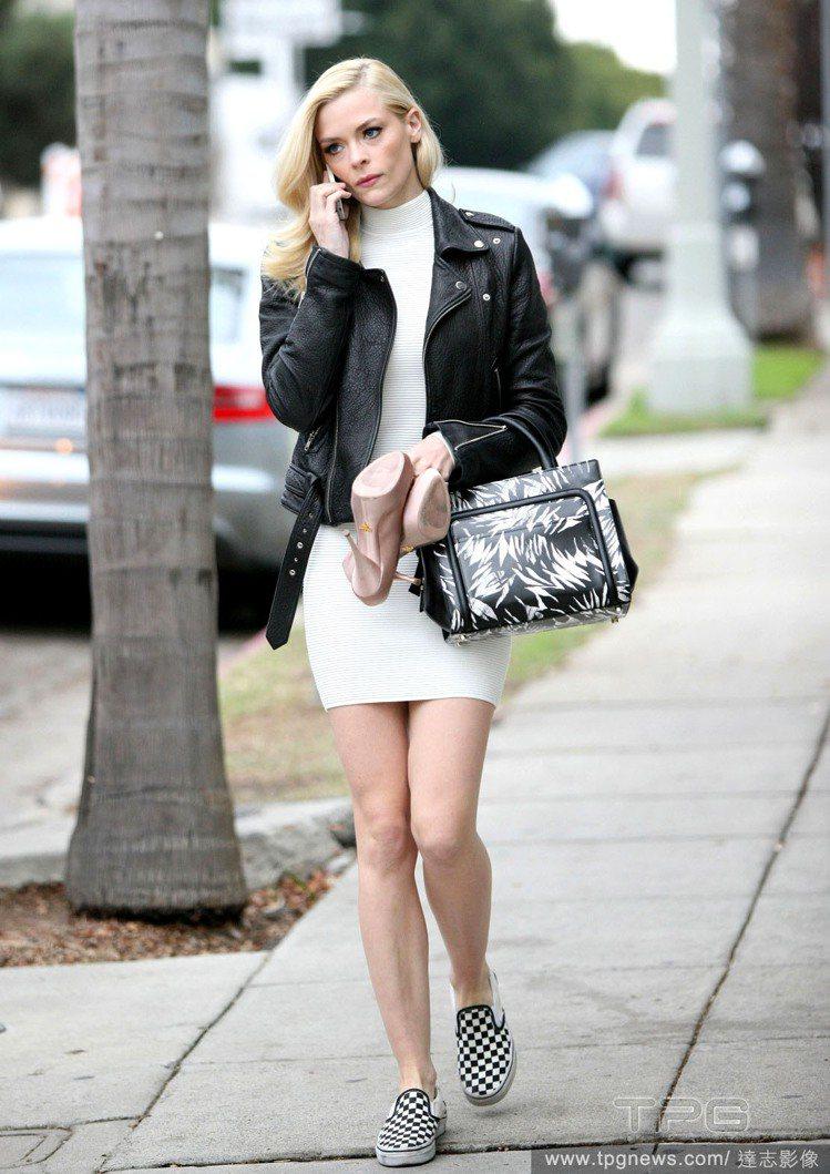 皮夾克搭高領純白洋裝,隨便套雙格紋休閒鞋就非常有型。圖/達志影像