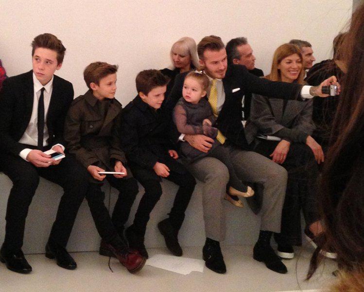 設計師維多利亞先前在紐約時裝周推出大秀,貝克漢帶著四個孩子在台下加油。圖/美聯社