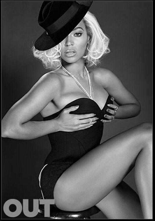 碧昂絲大膽地雙手遮胸入鏡,在黑白色調裡展現充滿誘惑又性感的一面。圖/擷取自out...