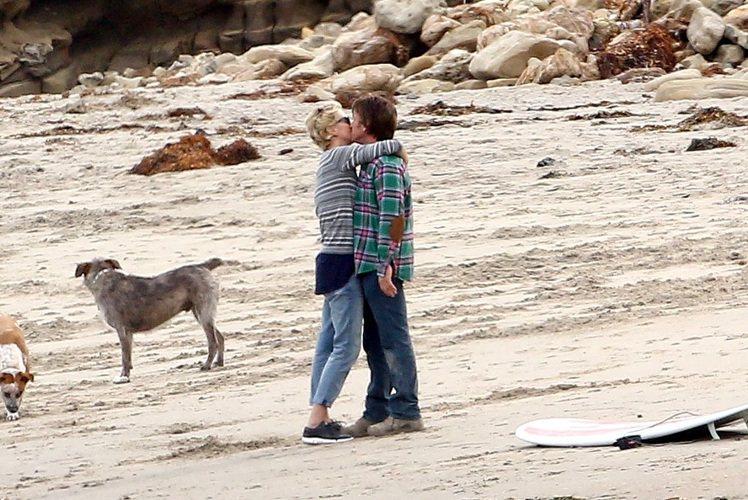 莎莉塞隆(左)、西恩潘海邊熱吻。圖/達志影像