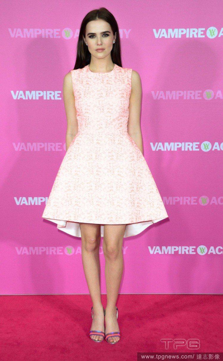 夢幻的 Christian Dior 粉紅色蓬裙,精緻的壓花與粉嫩色調讓柔伊德區...