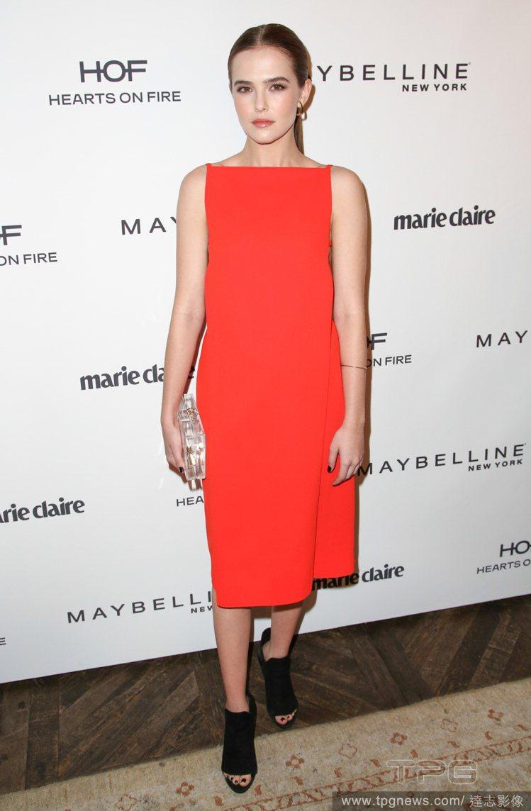 柔伊德區身穿的 Alexander Wang 橘紅色連身裙,極簡風剪裁與活潑的豔...