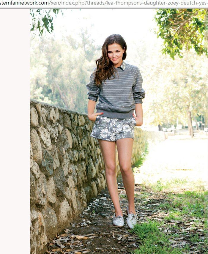 條紋 T 、印花短褲與牛津鞋的穿法充滿春夏氣息,清新又活潑。圖/擷取自stern...