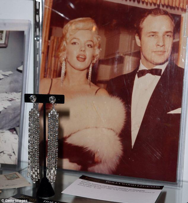 性感女神瑪麗蓮夢露1955年和馬龍白蘭度出席「玫瑰夢」好萊塢首映式時戴的假鑽耳環...