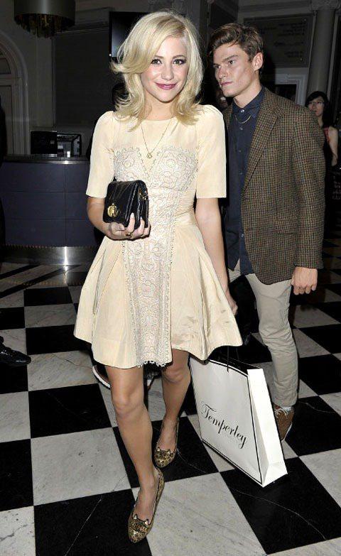 Pixie Lott 穿的一款蕾絲洋裝,緞面材質加上蕾絲細節,讓這身蓬裙看起來浪...