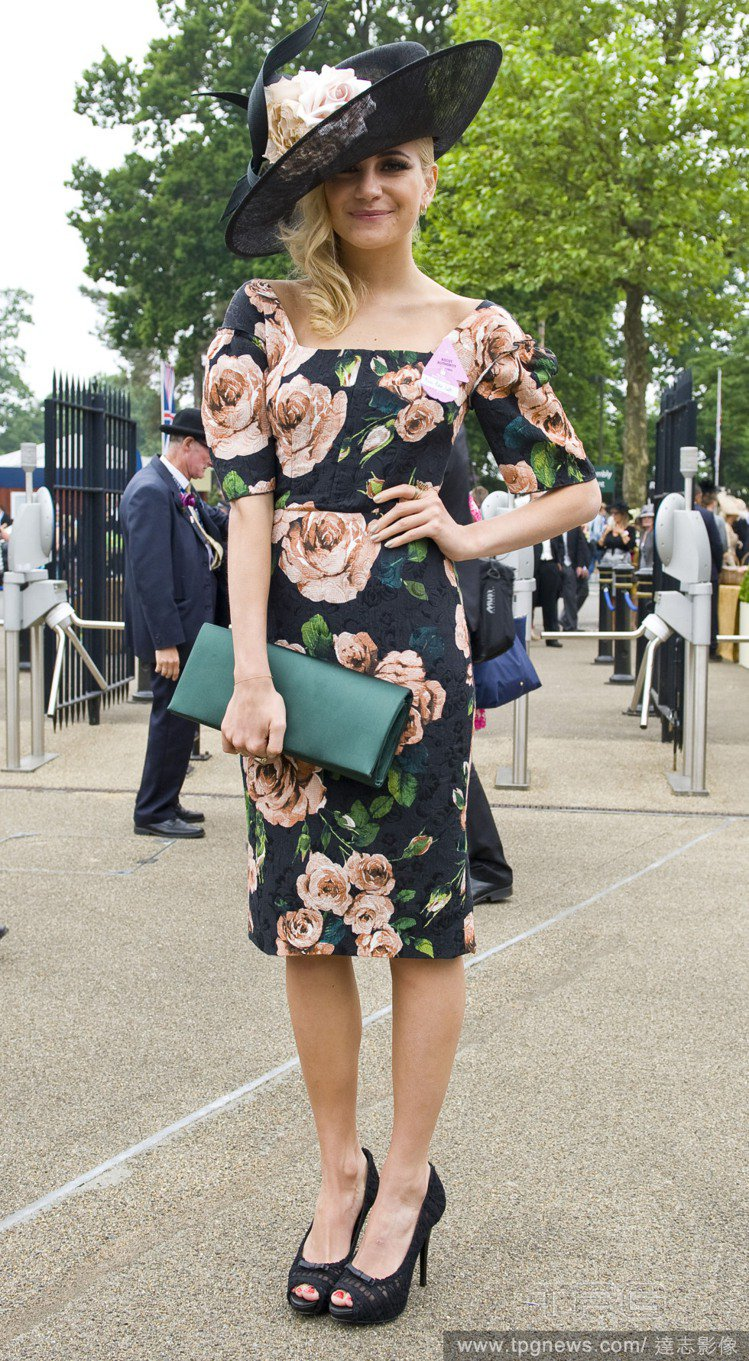 Pixie Lott 這身黑色印花連身裙,復古線條、高腰與窄裙設計,加上復古的仕...