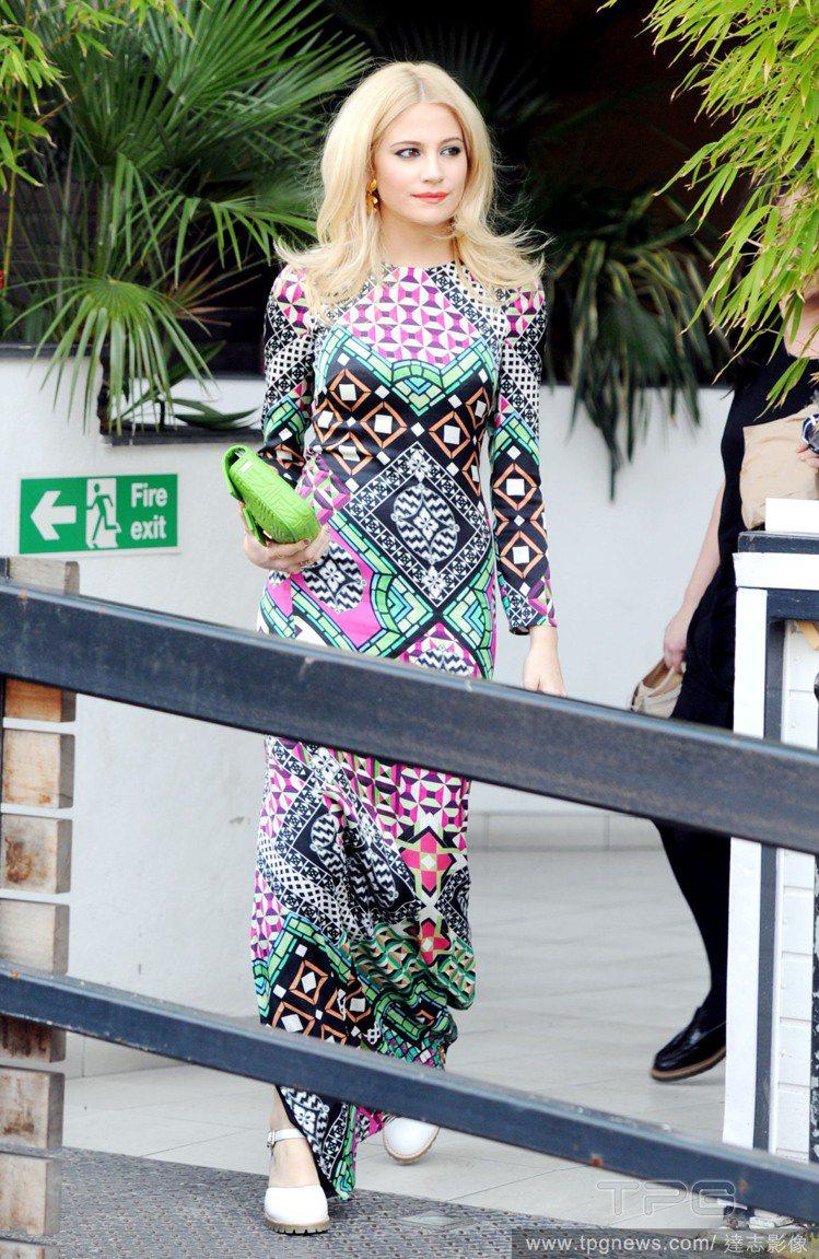 Pixie Lott 身穿洋溢民族風情的圖騰長裙,搭配蘋果綠手拿包十分清新顯眼,...