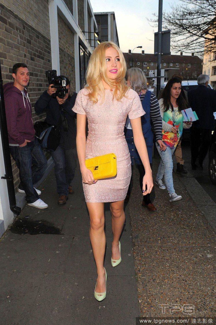 Pixie Lott 身穿粉紅蕾絲洋裝,搭配一抹桃紅唇彩令她看起來十分亮麗,而以...