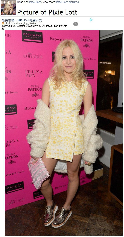 Pixie Lott 這件黃色印花連身裙,不規則裙襬與削肩設計相當特別,搭配金色...