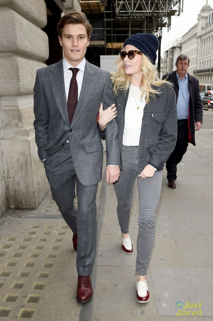 Pixie Lott 的私服也會走率性路線,一身灰色打扮就靠藍色毛帽與雙色拼接樂...