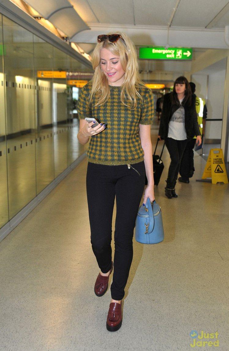 Pixie Lott 以黃綠色格紋上衣搭配窄管褲十分亮眼,與酒紅色流蘇樂福搭在一...