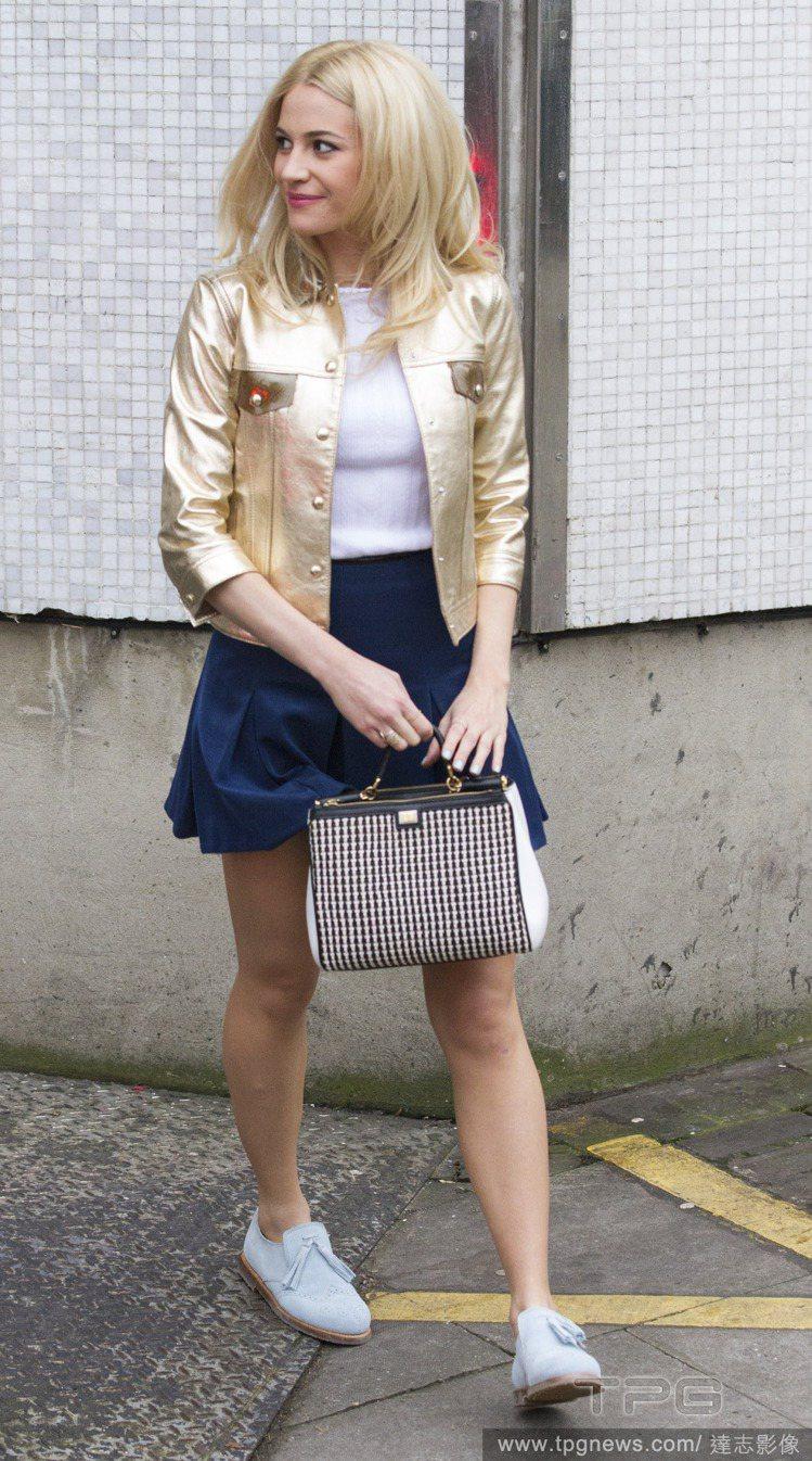 Pixie Lott 以白 T 和藍色百褶裙,搭配金屬風夾克,十分搶眼又充滿活力...