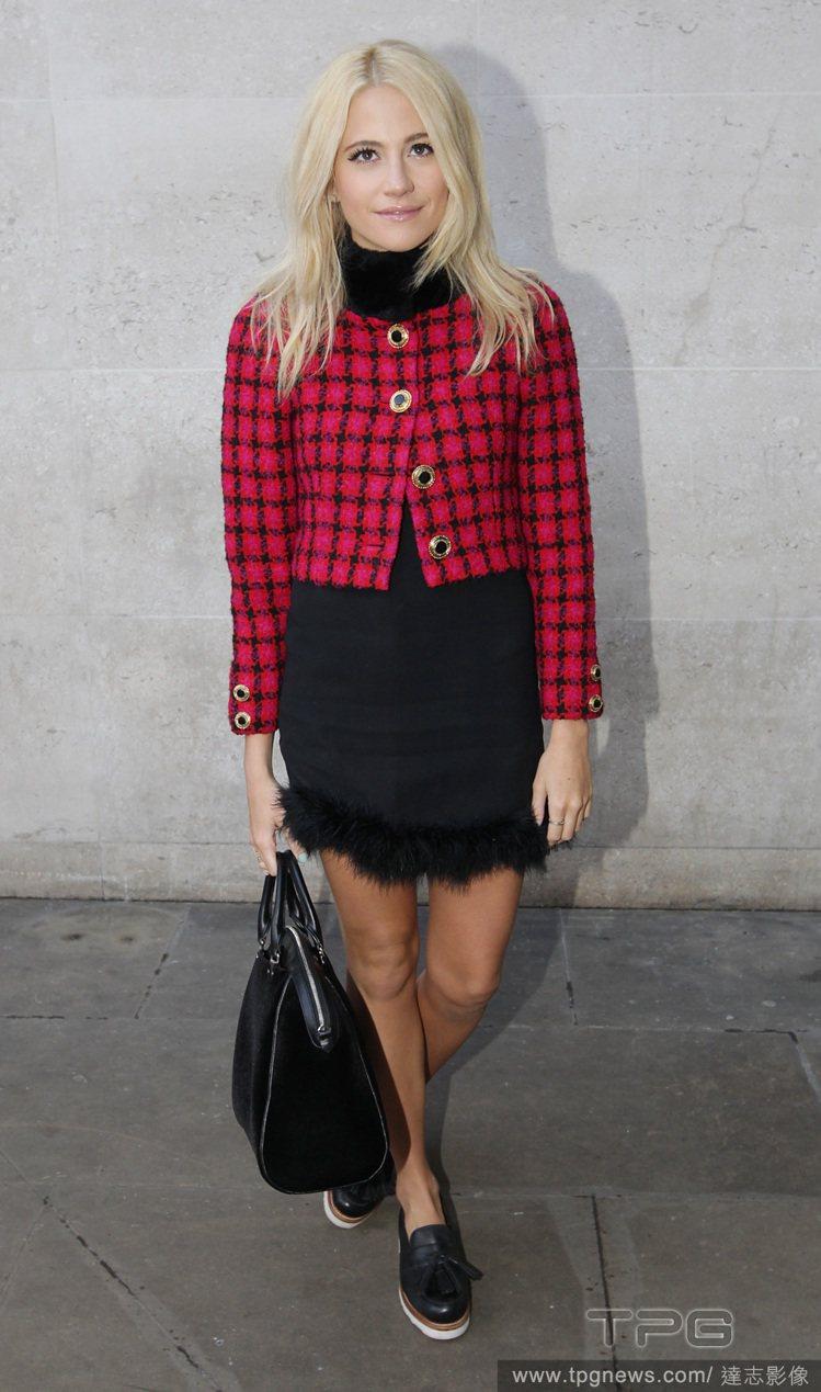 Pixie Lott 以紅色格紋夾克搭配黑色連身裙,帶來一點成熟女人的氣息,而毛...