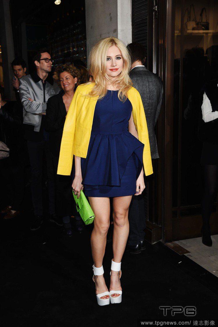 Pixie Lott 身穿剪裁良好的連身裙,搭配鮮黃色外套就十分搶眼,整體散發出...