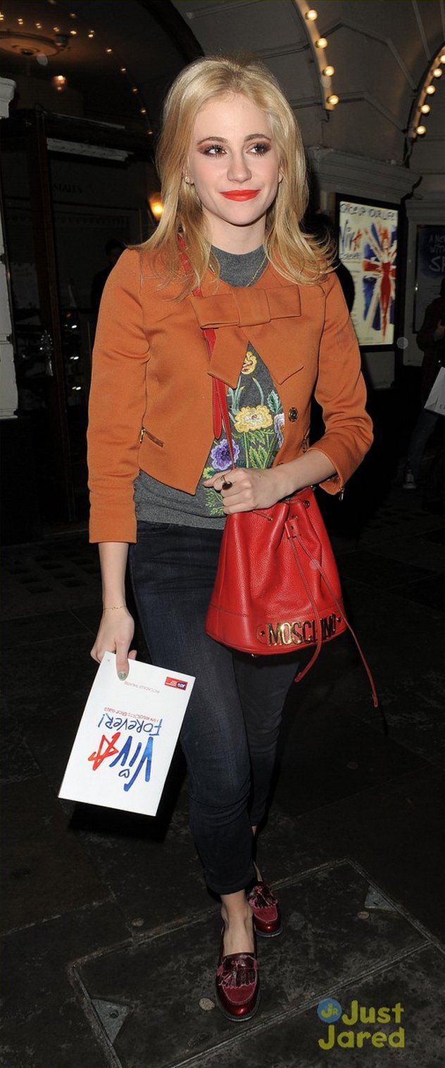 Pixie Lott 的蝴蝶結咖啡色夾克充滿復古風情。圖/擷取自justjare...