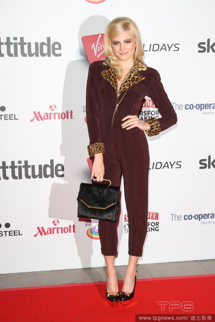 Pixie Lott 身穿咖啡紅長版連身褲,九分褲版型再搭配高跟鞋提高了視覺比例...