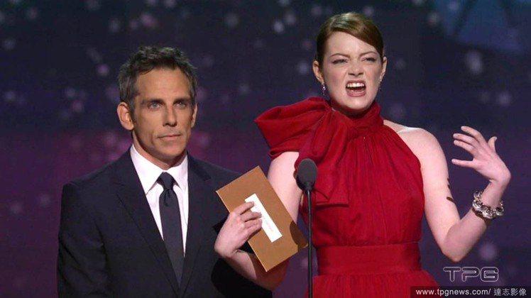 2012奧斯卡頒獎典禮,艾瑪史東和班史堤勒一起頒獎,誇張的表情和動作對比一旁冷靜...