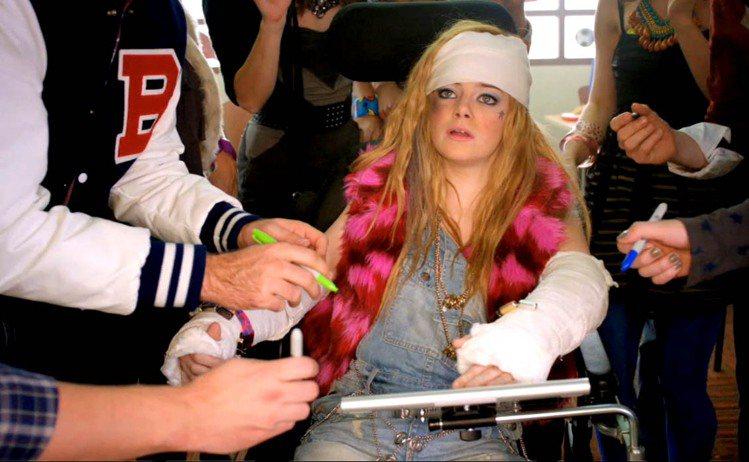 2011年,周六夜現場的「我手斷掉」的影片在網路上熱傳,講述艾瑪史東飾演的女孩如...