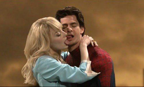 艾瑪史東與男友安德魯加菲宣傳《蜘蛛人驚奇再起:電光之戰》,在周六夜現場節目上瘋狂...