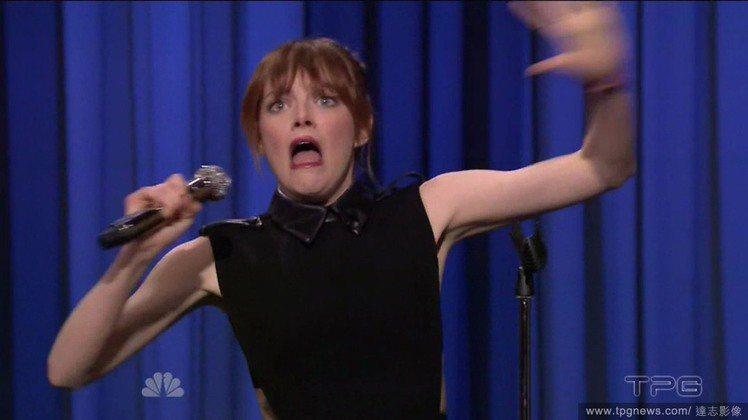 艾瑪史東日前上脫口秀,發揮完全不 care 形象的精神與主持人 Jimmy F...