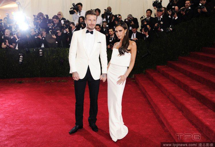 貝克漢直接「婦唱夫隨」套上白西裝,與維多利亞一身純白俐落的禮服,展示了「白色時尚...
